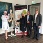 Iris Spranger mit der Geschäftsführung der Reederei Riedel und einer Darstellerein des Berliner Kriminaltheaters